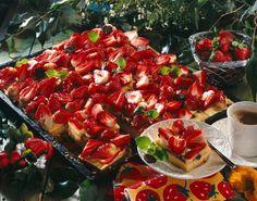 Unser beliebtes Rezept für Erdbeerkuchen vom Blech mit Vanille-Pudding und mehr als 55.000 weitere kostenlose Rezepte auf LECKER.de.
