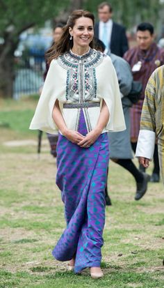 La Duquesa nos dejó boquiabiertos con este look que emulaba el traje tradicional de Bután con esta chaqueta-capa de Paul & Joe que combinó a la perfección con esta falda en morado confeccionada en Londres con telas de ese país.    - WomansDaySpain.es