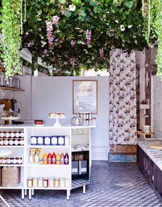 Décoration bohème et plafond fleuri - Salon de thé Lily of the Valley à Paris - Marie Deroudilhe - Photo Julie Ansiau