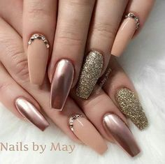 Metallic nails, aka chrome nails, are a trend that will make your nails look chic and classy. Check out our suggestions for achieving trendy nails this season. Nails Polish, Nude Nails, Glitter Nails, Coffin Nails, Gold Glitter, Matte Nails, Rose Gold Metallic Nails, Bronze Nails, Gold Manicure