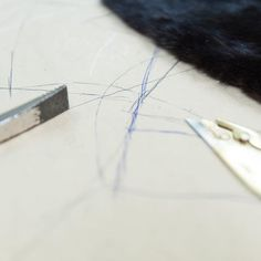 ¡Viernes de trabajo duro en el taller! Seguimos trabajando en arreglos de prendas para ponerlas a punto para el proximo invierno ✂ ✂ Tráenos tu abrigo y te contaremos que podemos hacer para renovarlo 😉 ⠀  #peleteriagabriel #unanuevapiel #arreglos #arreglosdepeleteria #astrakan #hechoamano #artesanal #fashion #peleteria #zaragoza #fattoamano #altapeleteria