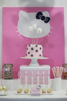 Mesa de dulces Hello Kitty tarta fondant lunares