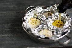 180 astetta ja 40 minuuttia on takuuvarma kaava, joka tekee valkosipulista pehmeän ja pähkinäisen – tästä syystä valkosipulia kannattaa paahtaa aina kun laitat uunin päälle - Ruoka - Helsingin Sanomat Cooking, Kitchen, Brewing, Cuisine, Cook