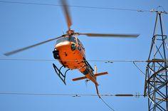 Eurocopter AS-350B-3 de Helitranspyrinees revisando las torres de alta tensión en Tenerife.