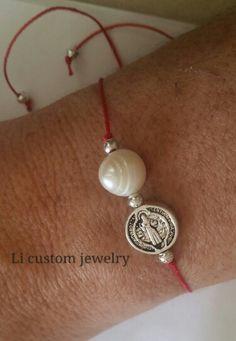 San Benito montado en hilo de nylon junto a una perla de agua dulce para protección. Catholic Jewelry, Catholic Crafts, Macrame Square Knot, Handmade Rakhi Designs, Bracelet Making, Jewelry Making, Jewelry Crafts, Jewelry Bracelets, Crochet Earrings Pattern