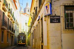 Que visiter et où aller à Lisbonne en 3 jours ? Nous avons parcouru le portugal pendant 2 semaines, et on vous raconte notre week end de 3 jours à Lisbonne Bon Plan Voyage, Places In Portugal, Tramway, Paint Your House, Street Look, City Break, Holland, Beautiful Places, Road Trip