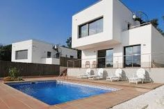 Villa moderne et spacieuse pour 8 personnes avec piscine privée . Après 4 km seulement vous vous trouvez au bord de la mer ou à la plage avec un cocktail à la main. http://www.locationvillaespagne.com/lloret-de-mar/sibwana/ #sibwana