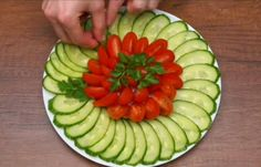 Easy Food Art, Amazing Food Art, Fruit And Vegetable Carving, Veggie Tray, Veggie Food, Food Carving, Food Garnishes, Food Decoration, Food Platters
