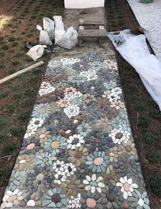 How do I create a pebble mosaic? Prepare the stones and sort them - DIY garden decoration - How do I create a pebble mosaic? Prepare the stones and sort them How do I create a pebble mosaic? Pebble Mosaic, Mosaic Diy, Mosaic Walkway, Mosaic Ideas, Rock Mosaic, Stone Mosaic, Mosaic Crafts, Mosaic Patio Table, Mosaic Rocks