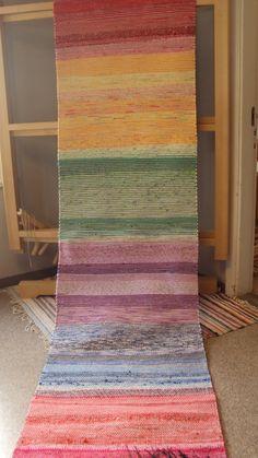 Jyväskylän kansalaisopiston kudontaryhmien kudonnaisia Loom Weaving, Hand Weaving, Rag Rugs, Weaving Textiles, Design Your Home, Carpet Design, Recycled Fabric, Textile Patterns, Make And Sell
