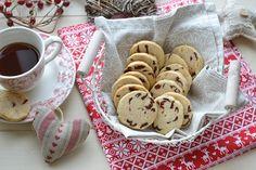 Sono i biscotti ideali per chi vuole offrire o regalare un dolcetto fatto con le proprie mani ma non ha tempo o voglia di stendere impasti e ritagliare biscotti per ore. Tutto ciò che serve qui è una ciotola e un coltello, nessuna spianatoia infarinata o formine complicate. Il risultato è comunque un dolcetto delizioso …