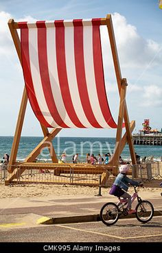 Bournemouth, UK Wednesday 22 August 2012. The huge red and white striped deckchair returns to Bournemouth Beach; created by Stuart Murdoch to mark the official start of British Summer Time, believed to be the worlds largest, weighing almost six tonnes, measuring 8. 5metres tall and 5. 5metres wide. © Carolyn Jenkins / Alamy Live News
