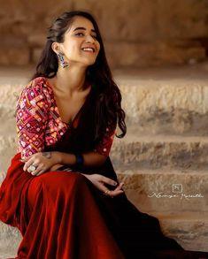 Off White Saree, Black Saree, Cotton Saree Blouse Designs, Saree Blouse Patterns, Indian Beauty Saree, Indian Sarees, South Indian Bride Saree, Purple Saree, Dehati Girl Photo