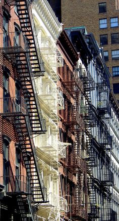 Wandering New York, Fire escapes in Tribeca. Andy Warhol, Pop Art Bilder, Backgrounds Wallpapers, The Glass Menagerie, Ernesto Che Guevara, Rare Historical Photos, Power Trip, Famous Pictures, Images Gif