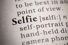 Beim Selbstportrait mit dem Smartphone muss eine wichtige Entscheidung getroffen werden: Foto mit der Front- oder der Rückkamera? Einfacher ist die Frontkamera. Für eine gute Qualität sollte die Rückkamera verwendet werden. Selfie als Eintrag im Wörterbuch. #selfie #fototipps Weitere Tipps findet ihr hier: http://www.fotos-fuers-leben.ch/fototechnik/geschichte-fotografie/vom-selbstportrat-zum-selfie/