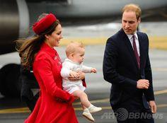 ジョージ英王子がNZ到着、初の外遊開始 国際ニュース:AFPBB News    ニュージーランドの首都ウェリントン(Wellington)の空港に降り立った英国のウィリアム王子(Prince William、右)と、長男のジョージ王子(Prince George)を抱くキャサリン妃(Catherine, Duchess of Cambridge、2014年4月7日撮影)。(c)AFP/MARK TANTRUM