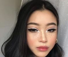 Eyeliner, soft lips, natural brows, flushed cheeks, pale skin and black hair. Makeup Goals, Makeup Inspo, Makeup Art, Makeup Inspiration, Beauty Makeup, Makeup Ideas, No Eyeliner Makeup, Skin Makeup, Eyeliner Styles