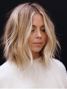 Everyday With J - Hair + Beauty - perfect light blonde balayage - Curls For Medium Length Hair, Curled Hairstyles For Medium Hair, Popular Short Hairstyles, Hairstyles 2018, Layered Hairstyles, Middle Part Hairstyles, Hair Medium, Trendy Hairstyles, Messy Bob Hairstyles