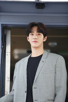 """i swear to gods for most part of me watching Dr. Romantic 2 i was just muttering ""Hyo Seop really looks like Nam Joo Hyuk"". It's crazy. Korean Men, Asian Men, Korean Celebrities, Celebs, Crazy Celebrities, Ahn Hyo Seop, K Drama, Romantic Doctor, Handsome Korean Actors"