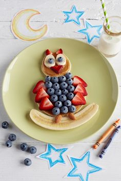 Looking for creative food ideas? Check out this easy to make berry owl and find many more food art recipes at Driscoll's! Cute Snacks, Cute Food, Good Food, Yummy Food, Toddler Meals, Kids Meals, Food Art For Kids, Fruit Art Kids, Food Humor