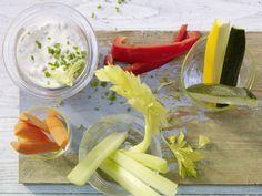 Gemüse-Sticks mit Quark-Kaviar-Dip: Der vegetarische Snack ist kalorienarm und ideal als Zwischenmahlzeit oder Abendessen während einer Diät.