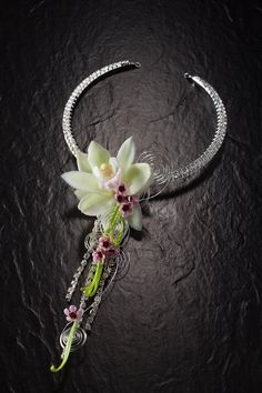 Necklace - flowers to wear Prom Flowers, Flower Dresses, Wedding Flowers, Collier Floral, Floral Bodies, Body Adornment, Wrist Corsage, Floral Necklace, Arte Floral
