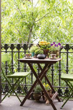 balkontische klappbar pflanzen grüne stühle
