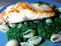 Lachs mit Dinkelmuscheln und Spinat - vegetarisch Kochen. Mit frischem Lachsfilet, Ghee, Olivenöl, Dinkelnudeln, Spinat und Zwiebeln. Rezept mit Nährwerten.
