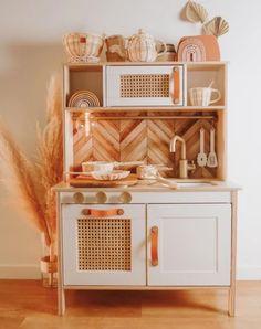 Duktig Hack: 18 idées pour customiser la célèbre cuisine pour enfant IKEA - Marie Claire Ikea Toy Kitchen, Diy Play Kitchen, Boho Kitchen, Playroom Decor, Kids Decor, Home Decor, Toddler Playroom, Toy Rooms, Kids Furniture
