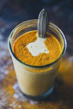 Kurkuma-Mango Smoothie: Zutaten für zwei Personen: -250ml Buttermilch -½-1 Mango -1 EL Speiseleinöl -1 TL Kurkuma -1 cm großes Ingwerstück -etwas schwarzer Pfeffer -Saft einer Limette -etwas Honig oder Holunderblütensirup zum Süßen -eventuell Eiswürfel
