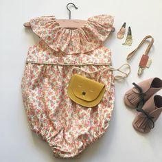 Au coeur de l'hiver, penser aux jolis accessoires qui sublimeront les tenues de vos bébés l'été prochain ✨💕 #sacminette #cuir #barrettes #glitter #attachesucette #musthave #chaussonsbebe #cuir #franges #indien #barnabeaimelecafe #madeinfrance