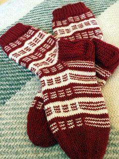 KARDEMUMMAN TALO: Keski-Pohjanmaan körttisukka Knitting Stitches, Knitting Socks, Knitting Patterns, Sock Toys, Knitted Slippers, Striped Socks, Colorful Socks, Diy Crochet, Knitting Projects
