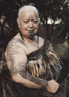 Hinewirangi Kohu of Tauranga Moana. She's a Maori woman teaching Maori men how to be men. The teaches the 60 in the unit the art of formal Maori Tattoos, Maori Face Tattoo, Native Tattoos, Tribal Tattoos, Tribal Tattoo Designs, Maori Designs, Polynesian People, Polynesian Culture, Arte Tribal