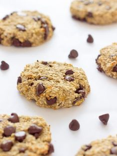 These healthy chewy and soft 3 ingredient banana oatmeal cookies are ready under 20 minutes . They are a very simple and light version of the traditional oatmeal cookie with added dark chocolate chips. Flourless eggless low-calorie and low-fat these de Desserts Pauvres En Calories, Low Calorie Desserts, Healthy Desserts, Banana Recipes Low Calorie, Healthy Oat Cookies, Low Calorie Cookies, Low Calorie Baking, Low Fat Cookies, Diabetic Desserts