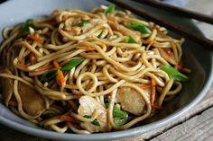 """""""Hi, ich bin Rina und ich bin süchtig nachasiatischem Essen."""" - """"Hallo, Rina!""""So oder so ähnlich könnte ich mir mein Treffen der anonymen Essbegeisterten vorstellen. Ich liebe asiatische Gerichte!Zu meinen Lieblingsgerichten gehören unter anderem Sommerrollen, chinesische Nudelsuppe, Gemüse aus dem Wok und alles mit Glas- oder Reisnudeln, wie zum Beispiel ein Reisnudelsalat. Außerdem habe ich schon immer gerne gebratene Nudeln beim Chinesengegessen. Da die Nudeln aber ..."""