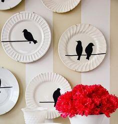 Olha que parede linda, com esses pratinhos de pássaros.   Tire do fundo do armário aquele jogo de jantar faltando peças, os pratos avulsos...