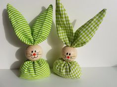 Ab sofort hoppeln sie wieder, unsere beliebten Osterhasen. ( viele neue Farben und Muster kommen noch ) Handgemachte Osterhasen aus Stoff und einer bemalten Holzkugel als Kopf.  Verfügbare...