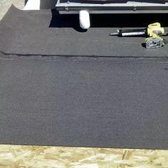 Feuilles de bitume clouées sur le support OSB. Membrane Epdm, Support, Chevrolet Logo, Wood Post, Pergola Carport