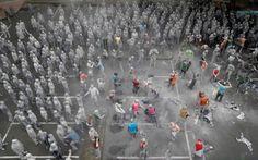 """Meeleavaldajate riides-up hall riided nagu Zombies osaleda kunsti tulemuste nimetatakse """"1000 Gestalten"""" meeleavalduse Hamburg.  In kahe tunni näita sadu osalejaid osales loominguline avalikus pöördumises rohkem inimlikkust ja omavastutus enne tulevasi G20 tippkohtumisel"""