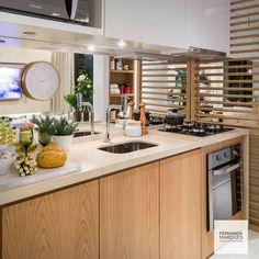 Cozinha com detalhes em laminado melamínico padrão madeira e espelho para dar maior profundidade.