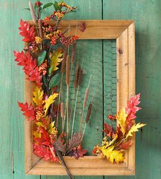 Decorate with Handmade Wreaths Picture Frame Wreath Back a weathered frame with chicken wire as the canvas for colorful finds. Glue or wire real or silk leaves, bittersweet vines, berries, and cattails to the wire or frame. Picture Frame Wreath, Picture Frame Crafts, Old Picture Frames, Old Frames, Wooden Picture, Decorate Picture Frames, 10 Picture, Cuadros Diy, Chicken Wire Frame