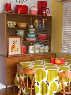Pear table cloth Mid century china cabinet with vintage Pyrex Vaisseliers Vintage, Pyrex Vintage, Vintage Kitchen, Vintage China, Modern Retro Kitchen, 1970s Kitchen, Retro Kitchens, Vintage Display, Design Retro