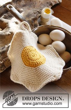 "Free pattern: DROPS Easter: Crochet DROPS fried egg pot holder in ""Paris"". ~  #DROPSDesign #Easter #Calendar Full calendar here: http://www.garnstudio.com/paskekalender.php?lang=us"