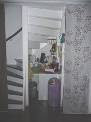 Kast onder trap in woonkamer / trapafsluiting met schuifdeur, situatie vooraf