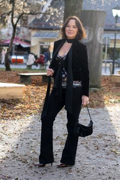 Party look in flared jeans, velvet blazer & sequins | Lady of Style