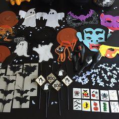 Gruselige Deko für eine Halloween-Party für Kinder mit Masken, Tattoos, Geistern und Fledermäusen. Mehr Infos auf https://mamaskind.de.