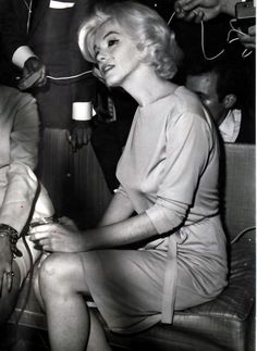 February Marilyn Monroe, wearing her favorite green dress designed by Pucci - visits the Hilton Hotel in Mexico for a press conference. Marilyn was very relaxed and happy during the press conference due to the amount of champagne she had been drinking. Marylin Monroe, Marilyn Monroe Photos, Joe Dimaggio, Classic Hollywood, Old Hollywood, Hollywood Glamour, Hollywood Stars, Hollywood Actresses, Norma Jeane