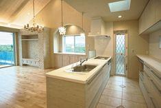 白色で統一されたキッチン。|キッチン|インテリア|カウンター|タイル|おしゃれ|壁面収納|作業台|ウッド|リビング|かわいい|