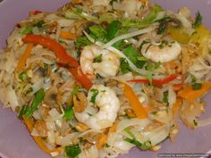 Prawns pad thai Thai Recipes, Indian Food Recipes, Pickled Turnips, Tamarind Paste, Stir Fry Noodles, Chili Oil, Spicy Chili, Oyster Sauce