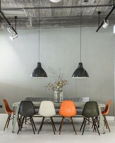 #inspiração Cadeiras do mesmo modelos mas de cor diferentes e até mesmo cadeiras diferentes deixam o ambiente muito interessante!!! ❤️ #DicasDri #decor #decorindustrial